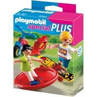 2 copii cu jucarii Playmobil